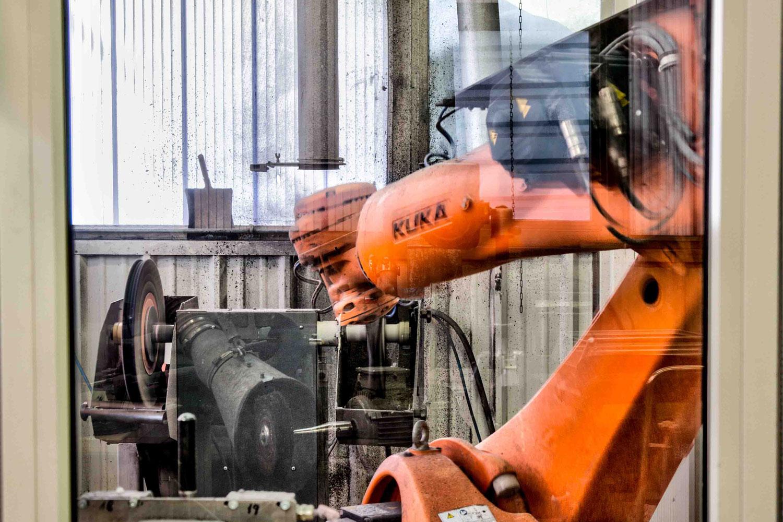 Lehnen Edelstahlbearbeitung - KUKA-Polierroboter