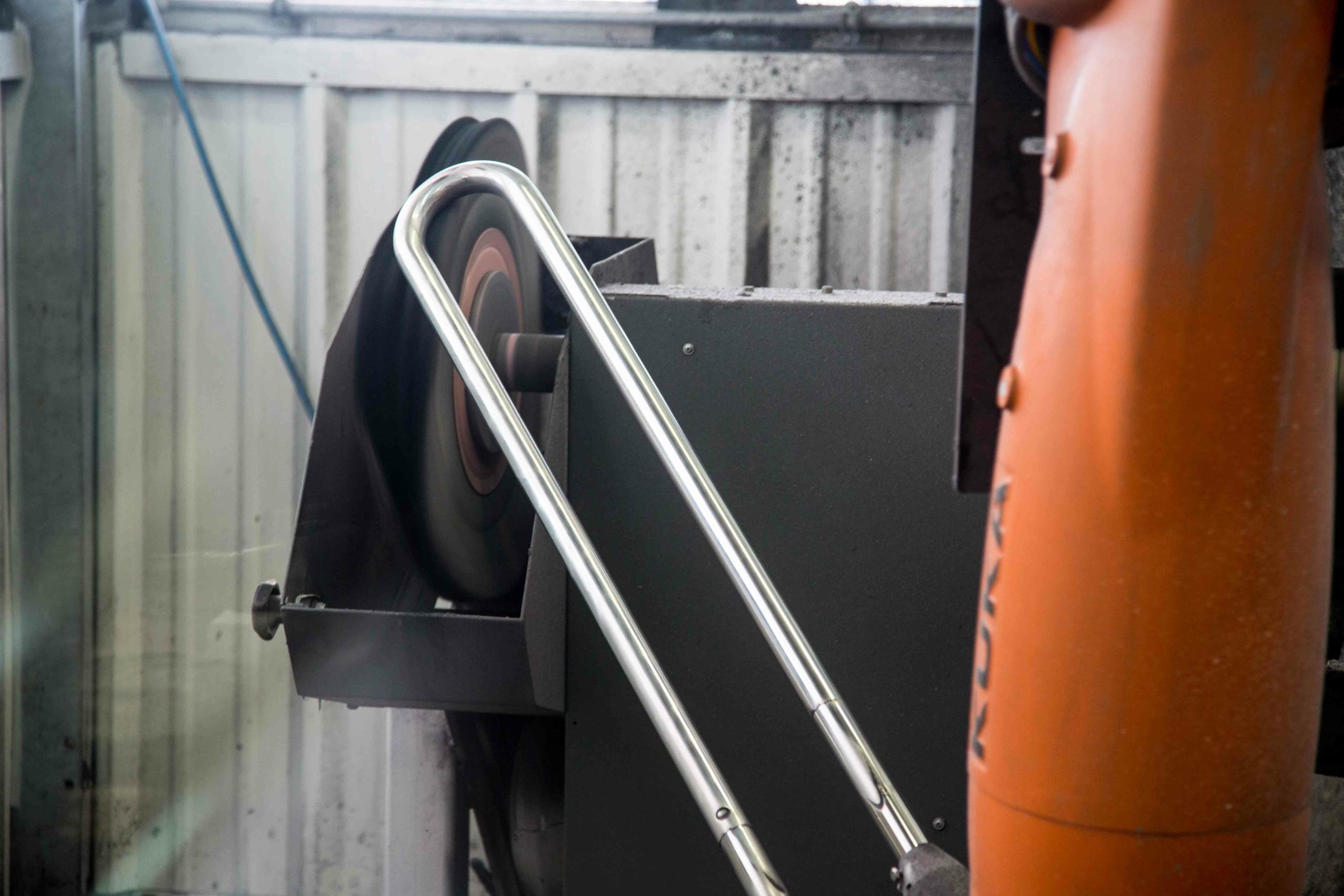 Lehnen Edelstahlbearbeitung- Polieren mit dem KUKA-Roboter